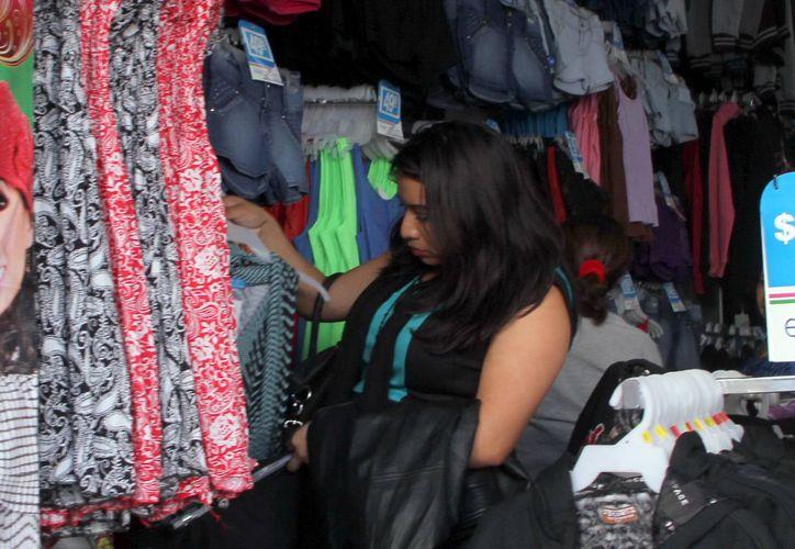 Las tiendas de ropa se encuentran entre los establecimientos que supervisa la Profeco en esta temporada. (José Acosta/SIPSE)