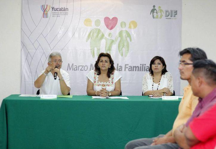 Limber Sosa Lara, Sarita Blancarte de Zapata y Xóchitl Canché Espinoza, director, presidenta y directora para la Atención a la Infancia y la Familia del DIF Yucatán, respectivamente. (Cortesía)