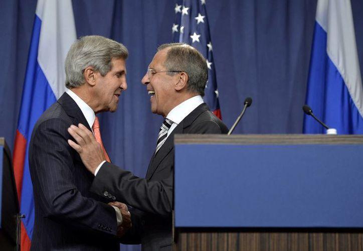 Aunque el secretario de Estado norteamericano John Kerry (i) y el ministro ruso de Exteriores, Sergei Lavrov, llegaron a un acuerdo, los rebeldes sirios no lo aceptan. (Agencias)