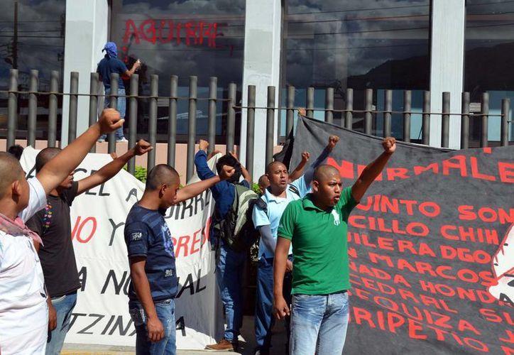 Estudiantes de la Normal de Ayotzinapa durante una protesta frente al Congreso del estado de Guerrero. (Notimex)