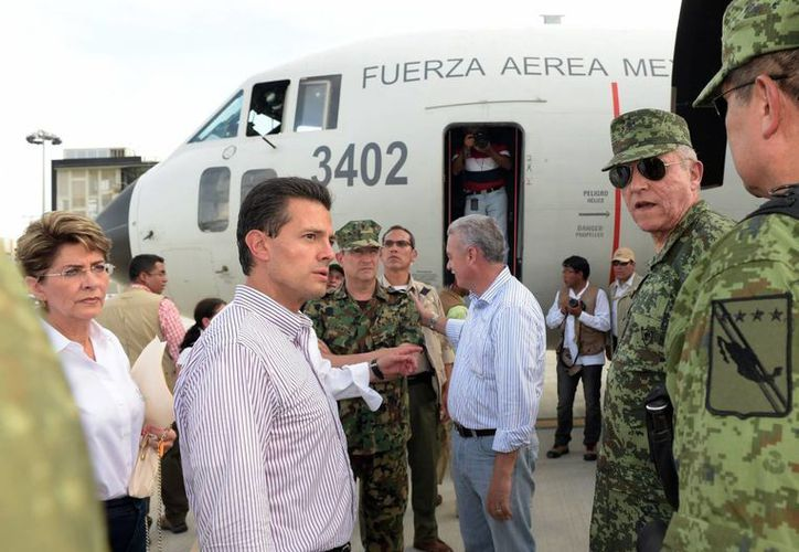 Peña Nieto dijo que la energía eléctrica tardará en ser reconectada porque 'Odile' dañó más de dos mil postes. (Notimex)