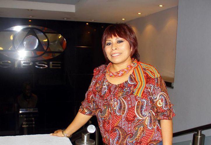 """Sol Ceh Moo presentó en el Palacio Nacional de Bellas Artes su libro """"Tabita y otros cuentos mayas"""". (Milenio Novedades)"""
