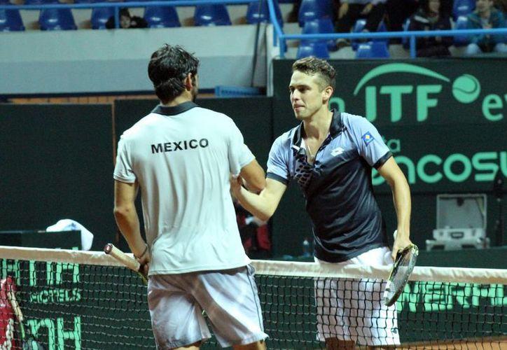 El tenista chileno Juan Carlos Sáez se impuso este domingo al mexicano Tigre Hank en un partido válido por el Grupo II de la Zona Americana de la Copa Davis. (Notimex)
