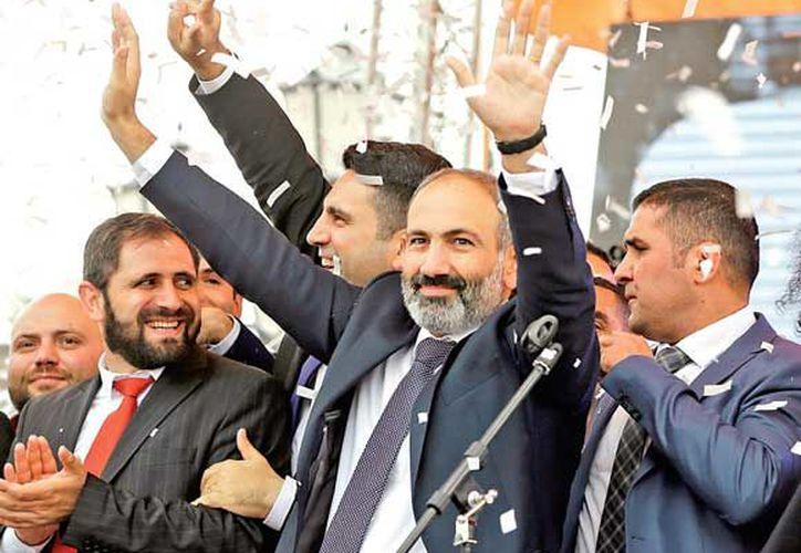 El líder de la oposición armenia festeja el triunfo. (excelsior.com)
