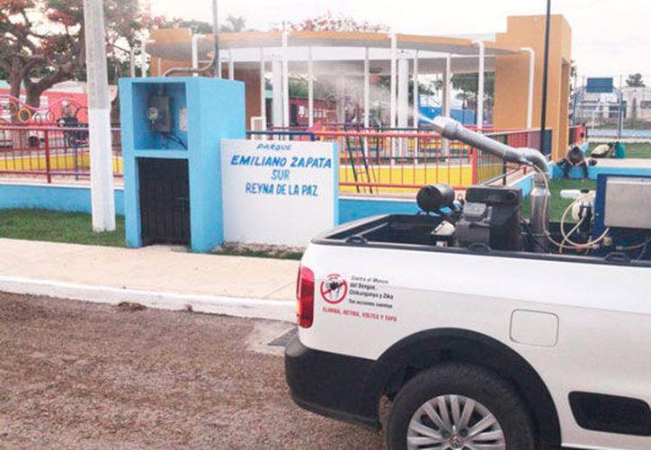 Los operativos de fumigación se efectúan colonia por colonia en Mérida. (Novedades Yucatán)
