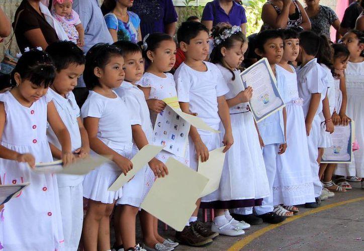 Los niños, con gran orgullo, participan en los eventos de clausura en sus escuelas. (Milenio Novedades)