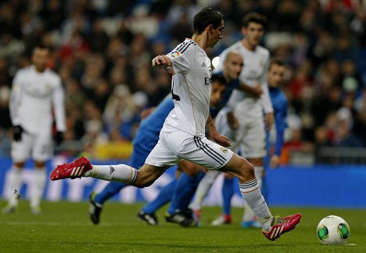 El argentino Ángel Di María al momento de anotar el segundo y último gol del Real Madrid frente al Olimpic Xativa en el estadio Santiago Bernabéu dentro de la Copa del Rey. (Agencias)