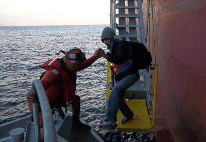 Personal de la Marina trasladó a los tripulantes al Hospital Naval de Ensenada, para su valoración. (semar.gob.mx)