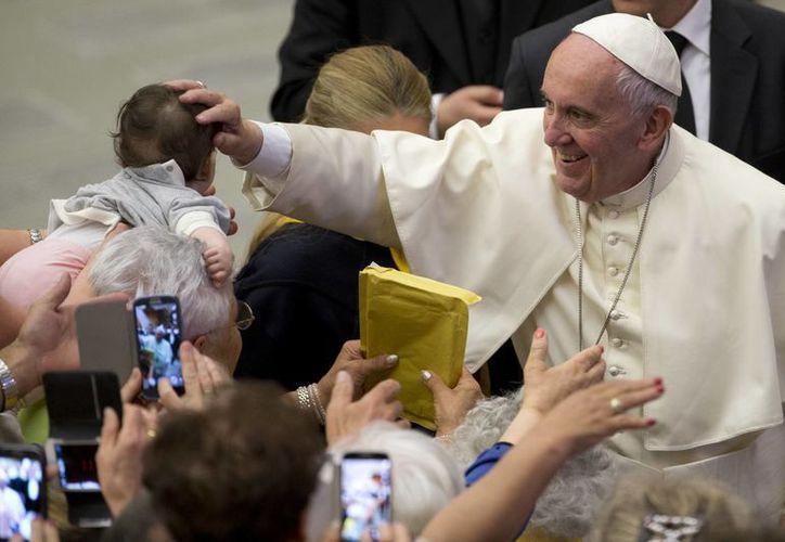 El Papa Francisco acaricia un bebé durante una audiencia con los miembros de la 'CUAMM, Médicos con África'. (Agencias)