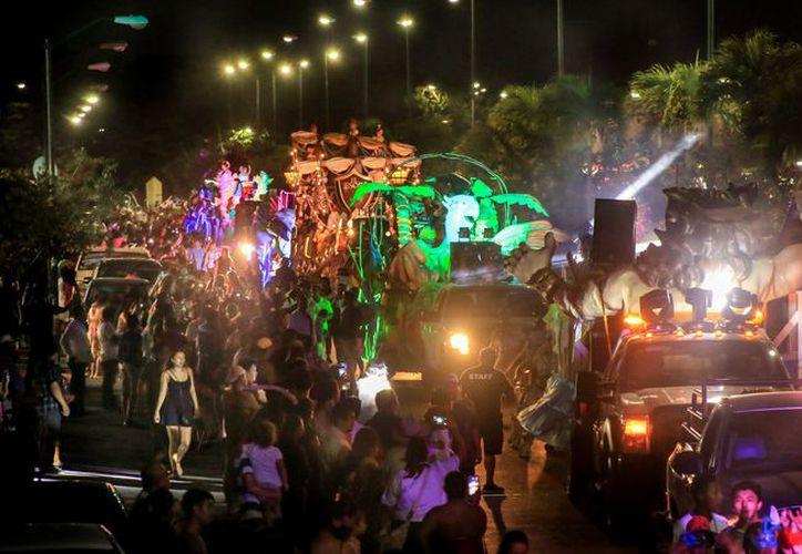 Miles de personas asistieron a disfrutar del Segundo Paseo de Carros Alegóricos del Carnaval 2018. (Redacción/SIPSE)