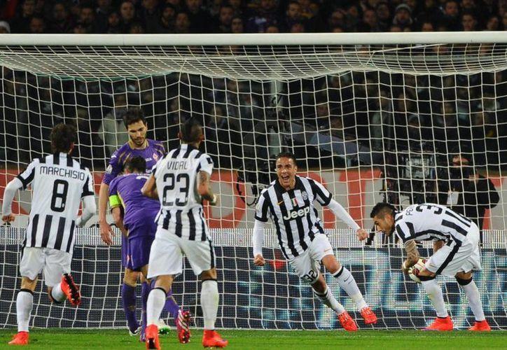 Alessandro Matri (segundo desde la izquierda) abrió el marcador y el camino del triunfo para Juventus sobr Fiorentina en la semifinal de la Copa de Italia. (Foto: AP)