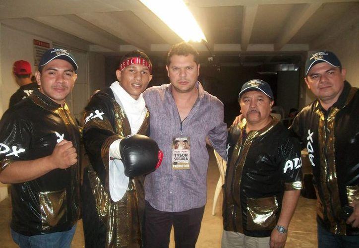 Mario Abraham (c) abraza a Miguel Berchelt con el resto del equipo <i>Max Boxing</i>. <i>El Alacrán</i> peleará pronto cerca de Estados Unidos.