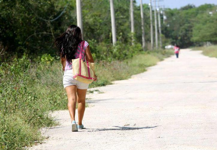El recorrido a través de la terracería es significativamente más corto que caminar desde la federal hasta las escuelas por la avenida Tabachines. (Adrián Monroy/SIPSE)