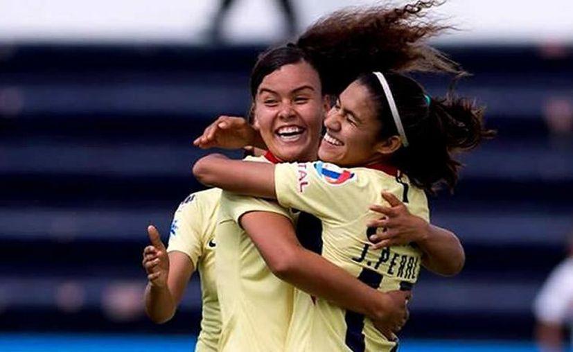 Festeja el equipo femenil su glorioso triunfo. (Foto: Club América)