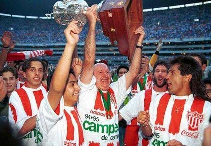 Efraín Herrera, Cuchillo (d), quien en la foto aparece con Necaxa, afirmó hace poco que el vivió en carne propia casos de corrupción en el futbol mexicano. (Milenio)