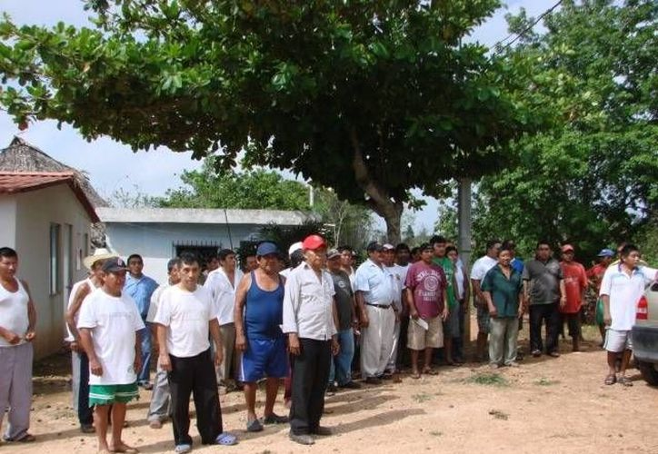 La carretera ampliada hace siete años afectó un total de 16 hectáreas de terrenos ejidales; exigen pago de indemnización. (Manuel Salazar/SIPSE)