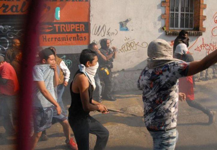 El enfrentamiento entre pobladores y policías duró varios minutos. (Foto: Televisa News)