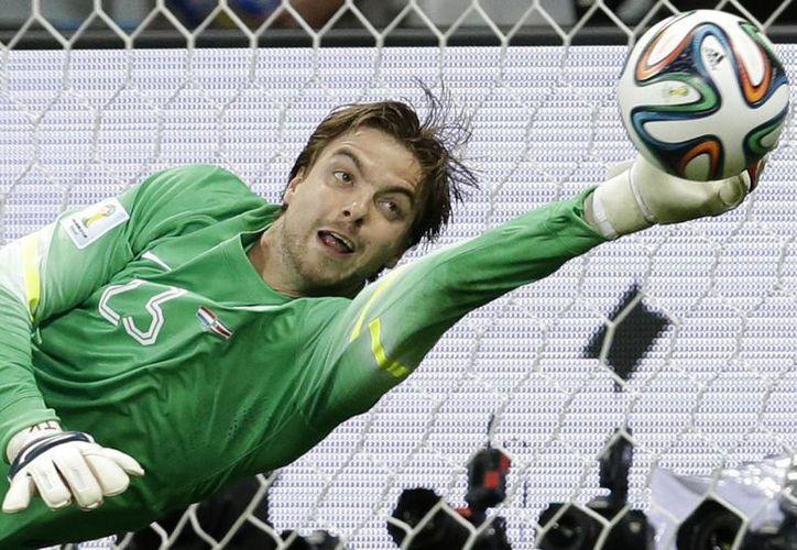 Krul hizo dos atajadas que resultaron decisivas para eliminar a los ticos en penales en el Mundial. (Foto: AP)