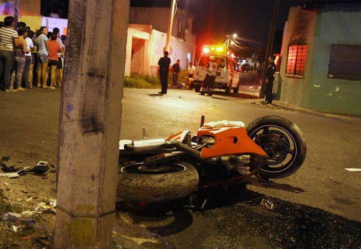 Imagen de la moto del infortunado joven que perdió el control de su vehículo y falleció en el lugar. (Milenio Novedades)