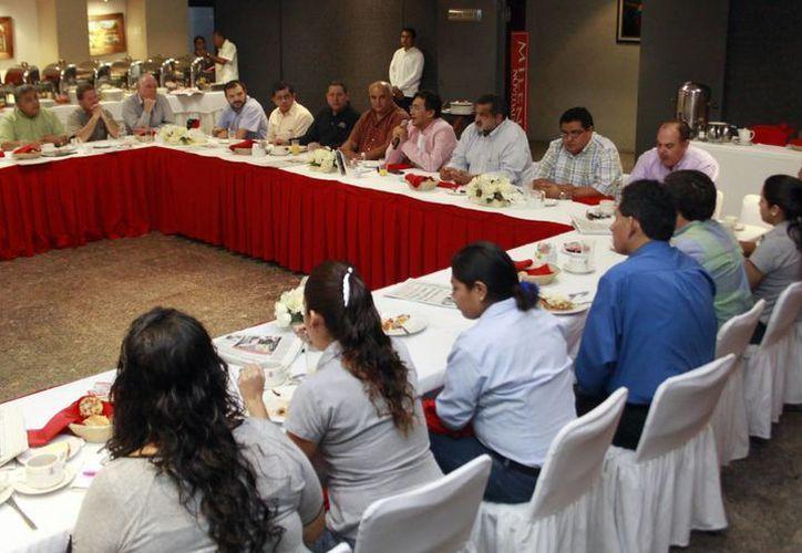 Colaboradores de la sección editorial y directivos de Grupo SIPSE  convivieron en el desayuno fraterno.