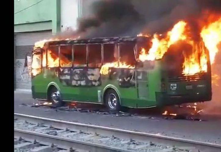 El día del atentado, se reportó a la policía varios bloqueos e incendio de vehículos. (Twitter)