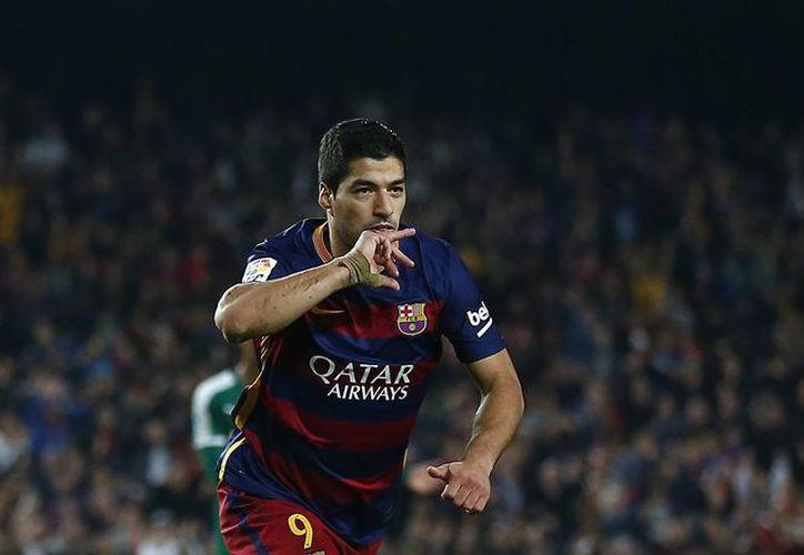 El uruguayo Luis Suárez ha marcado 35 goles en 57 partidos con el Barcelona. Este domingo festejó su primer aniversario con el club catalán anotándole tres goles al Eibar. (Archivo AP)