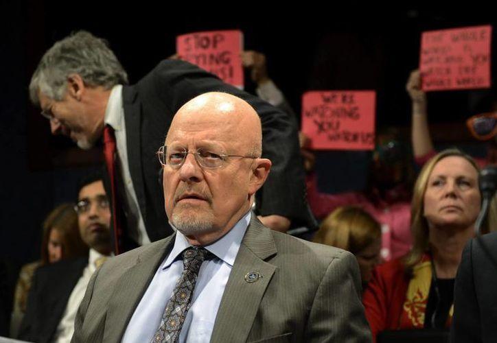 James Clapper se prepara para testificar durante una audiencia ante el Comité de Inteligencia de la Cámara de Representantes del Congreso celebrada en el Capitolio, Washington. (EFE)
