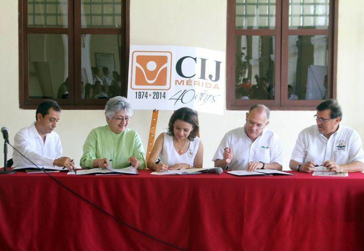 Representantes de las instituciones signaron el convenio. (Milenio Novedades)
