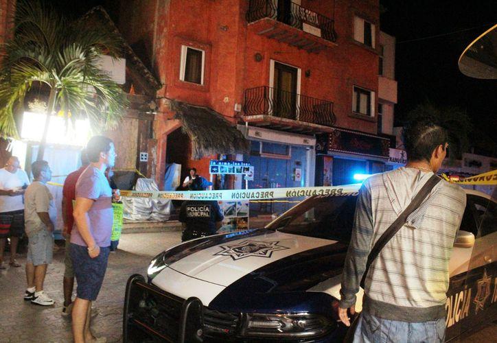 El asesinato de una persona sobre la principal avenida de Playa del Carmen ocurrió en el tramo comprendido entre la calle 12 y 10, ante la mirada de decenas de turistas nacionales y extranjeros. (Foto: Octavio Martínez/SIPSE)