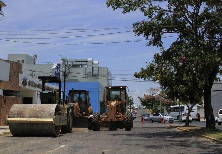 En la esquina de la avenida Benito Juárez con Lázaro Cárdenas se puede notar la maquinaria de la obra. (Ángel Castilla/SIPSE)