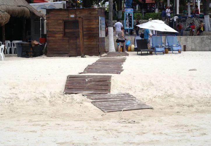 Así lució ayer el camino de madera de la playa inclusiva de esta ciudad, ubicada cerca del Portal Maya.  (Octavio Martínez/SIPSE)