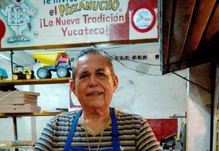 José Luis Marrero Bermejo con muestras de su peculiar creación, el pizzanucho. (Notimex)