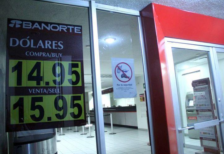 Hasta hace unos días la divisa de Estados Unidos, el dólar, rondaba los 14 pesos mexicanos, pero este viernes llegó a 16, lo que preocupa seriamente al sector empresarial de Yucatán. (SIPSE)