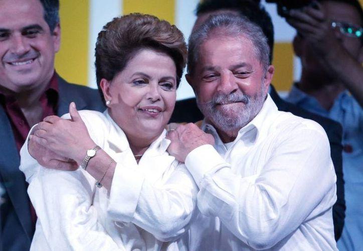 El Tribunal Superior Electoral anunció que Dilma Rousseff ganó el 52% de los votos, mientras que Aecio Neves obtuvo el 48%. En la foto, la mandataria con su antecesor Luiz Inácio Lula da Silva (AP)