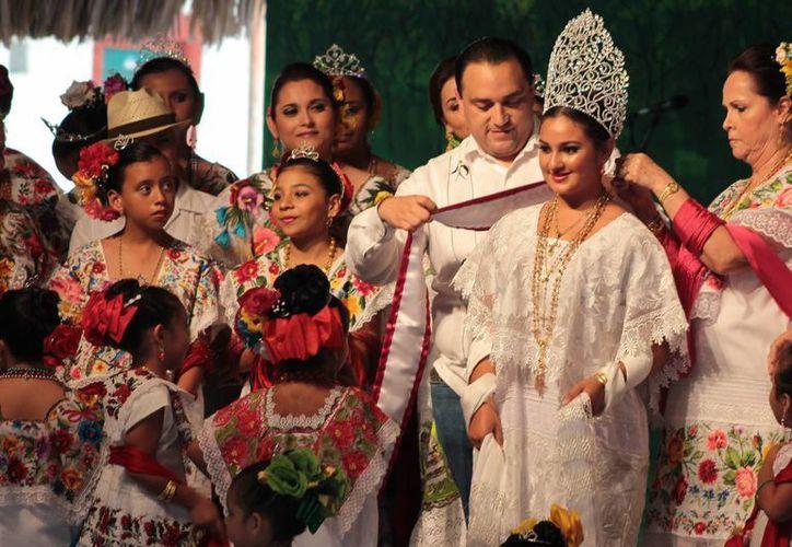 Roberto Borge Angulo colocó la corona y la banda a Noemí Pinto Villanueva. (Gustavo Villegas/SIPSE)