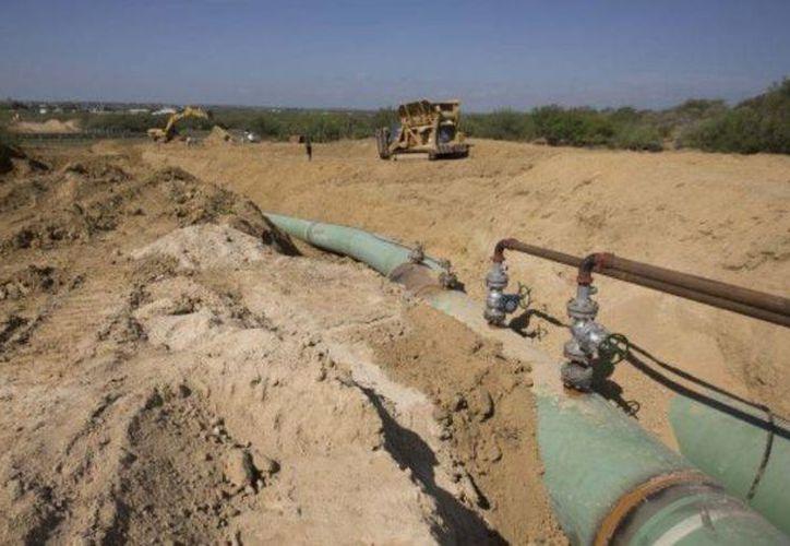 La amplitud del sistema de ductos que tiene Pemex en el país y la ubicación de una mayoría de estos en zonas en despoblado es aprovechado para los delincuentes. Imagen del 2014 que muestra oleoductos que transportarán gas de Texas a México. (Archivo/AP)