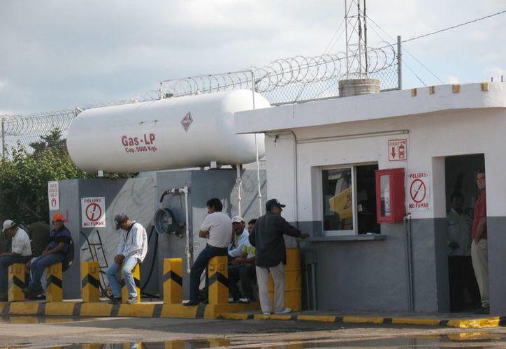 Un difícil entorno financiero afectará a las empresas si éstas no se preparan. Imagen de un grupo de trabajadores en una empresa de Mérida. (Milenio Novedades)