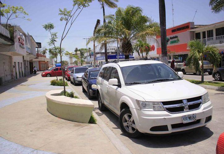 Las autoridades analizan las medidas para que la avenida Delos Héroes no se un 'estacionamiento'. (Harold Alcocer/SIPSE)