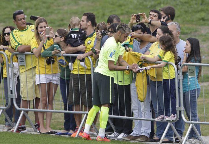 Algunas personas tienen la posibilidad de presenciar entrenamiento de sus selecciones favoritas en el Mundial, como Brasil, pero millones solo tienen la opción de ver todo por televisión. (Foto: AP)