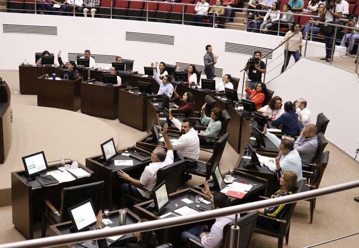 Ayer en la sesión plenaria del Congreso local, el diputado local por el Partido de la Revolución Democrática (PRD), Alejandro Cuevas Mena hizo referencia al mega-apagón peninsular (Fotos Pepe Acosta)