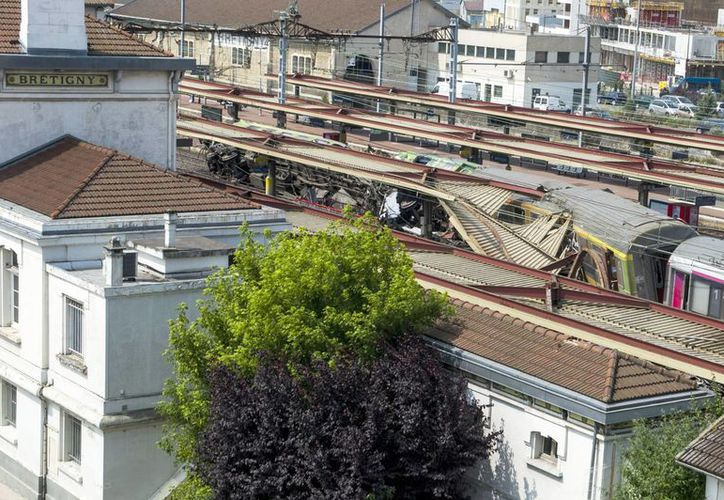 Vista del tren que descarriló ayer en las afueras de París, Francia. (EFE)