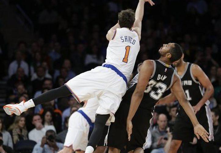 Alexey Shved, de Knicks, comete un foul a Boris Diaw (33), de San Antonio Spurs, en partido de la NBA. (Foto: AP)