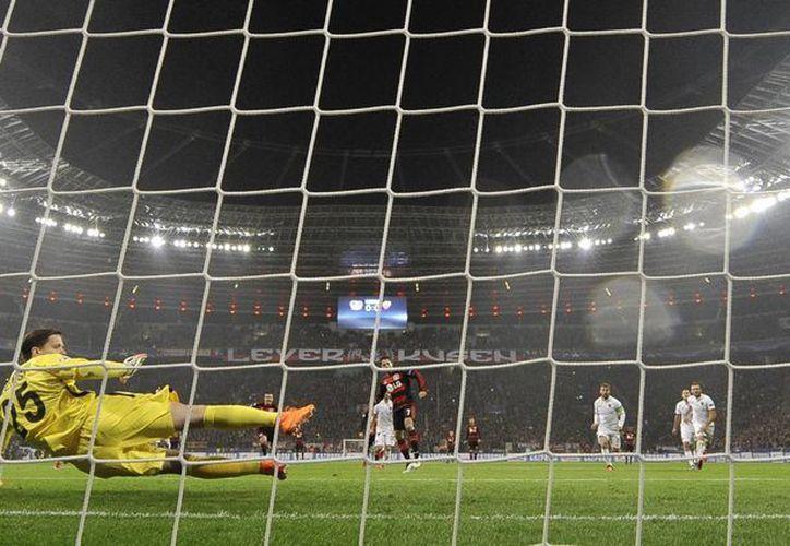 Javier Hernández no falló desde los once pasos al minuto nueve, en el empate que consiguió el Leverkusen 4-4 ante la Roma, este martes en la Liga de Campeones de Europa. Este representa el tercer doblete de Hernández en Champions. (Imágenes de EFE)