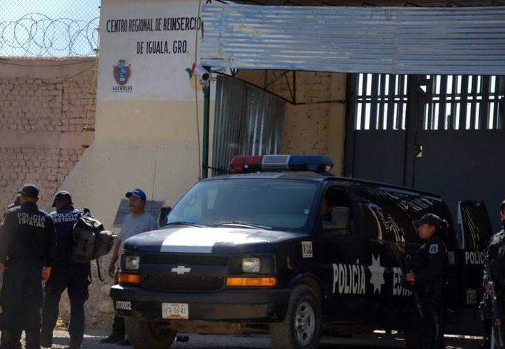 """En la carroza siniestrada iba el cadáver de Ocampo Álvarez """"El Nayla"""", asesinado en el interior del penal de Iguala, Guerrero, la madrugada del viernes. (Archivo Notimex)"""