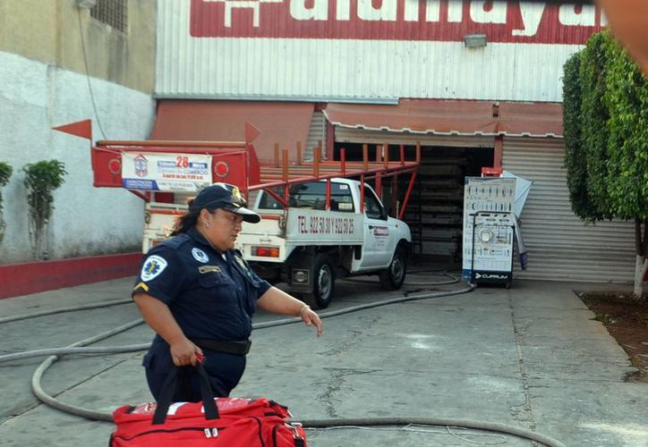 Gran movilización de unidades de bomberos se registró la tarde de ayer en una bodega en la colonia Lázaro Cárdenas. (Milenio Novedades)