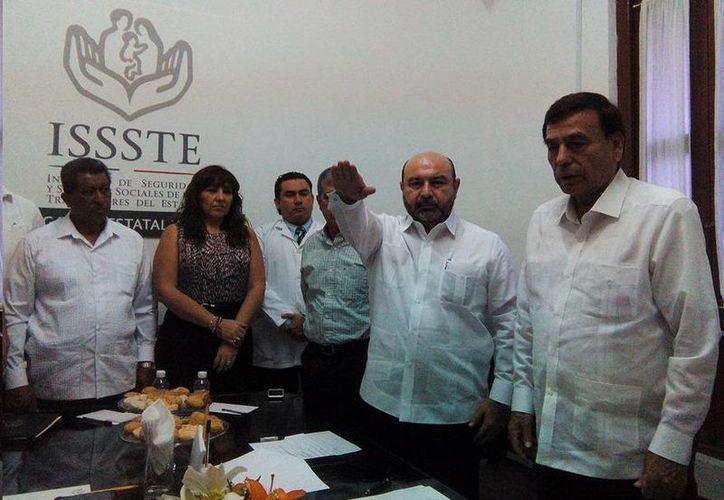 Luis Hevia Jiménez al momento de rendir protesta como nuevo delegado del Issste en Yucatán. (SIPSE)