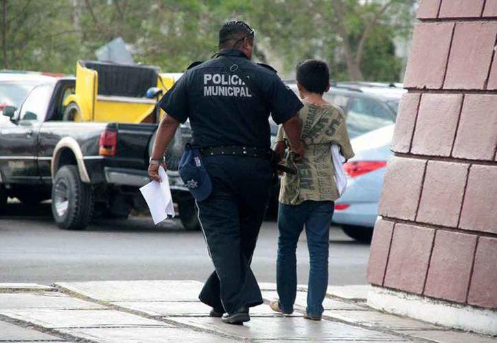 Cada vez hay más jóvenes involucrados en el consumo de drogas a partir de los 12 años de edad en Mérida, aseguró el presidente de la asociación de Drogadictos Anónimos, Antonio Morales Gómez.