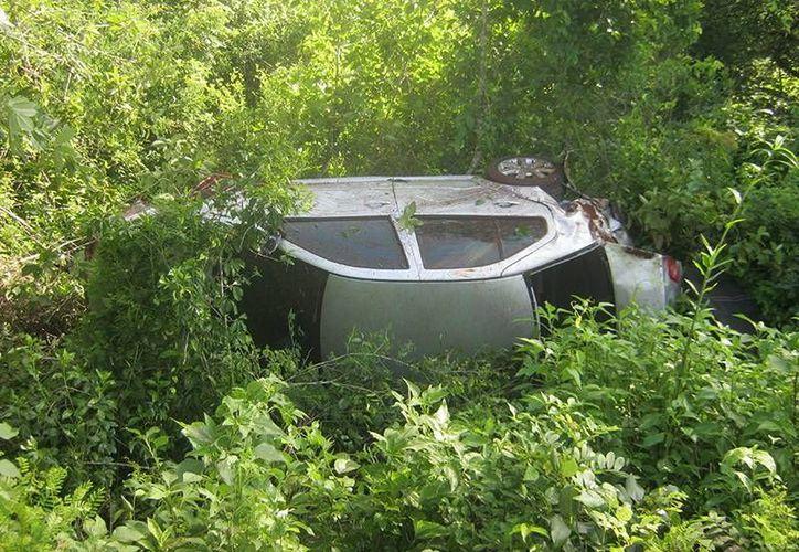 Un auto se salió de la autopista Mérida-Cancún y terminó entre la maleza con las llantas para arriba. (Milenio Novedades)