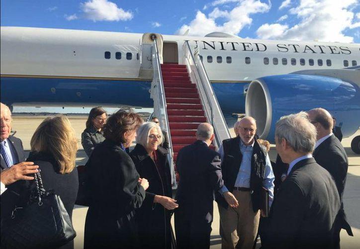 El contratista estadounidense Alan Gross al llegar a EU tras su liberación de Cuba como parte de un acuerdo con el gobierno estadounidense. (Notimex)