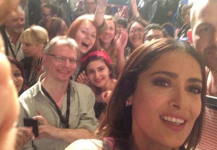 Salma Hayek se tomó una selfie con periodistas en el primer día de actividades del Festival de Cannes, aunque dichos autorreatros habían sido prohibidos. (Foto: Instagram)